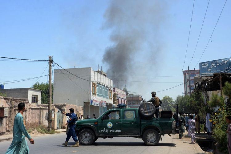 Personil keamanan Afghanistan mengamankan ruas jalan saat sebuah bom bunuh diri meledak di Jalalabad, 31 Juli 2018.