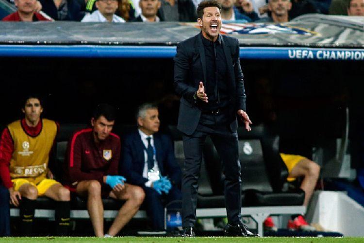 Diego Simeone memberi instruksi kepada para pemain Atletico Madrid pada semifinal pertama Liga Champions kontra Real Madrid di Stadion Santiago Bernabeu, Selasa (2/5/2017).