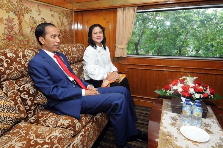 Presiden Joko Widodo beserta Ibu Negara Iriana saat berada di dalam kereta, di Stasiun Gambir, Jakarta , Kamis (31/8/2017). Jokowi didampingi Ibu Negara Iriana Jokowi menaiki kereta api VVIP Kepresidenan menuju Sukabumi, Jawa Barat.
