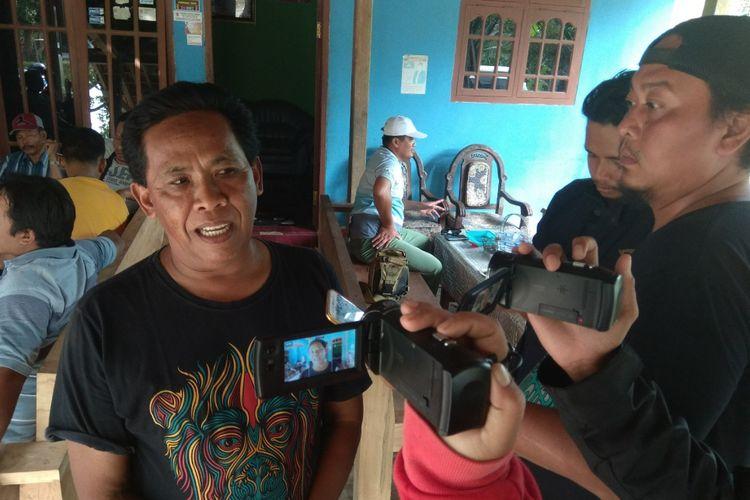 Mubarok, tetangga Suliono, pelaku penyerangan Gereja Santa Lidwina, saat memberikan keterangan kepada sejumlah wartawan, Minggu (11/2/2018).