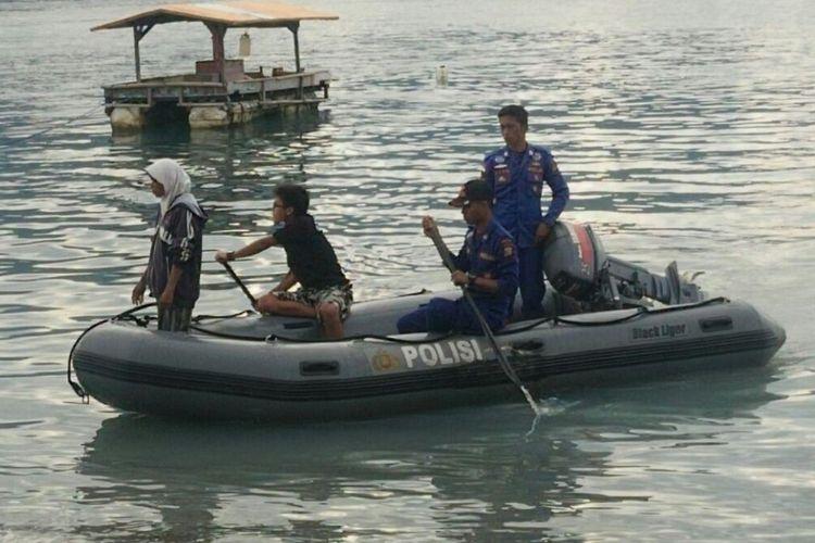 Memasuki hari kelima, evakuasi buaya berkalung ban masih berlangsung. Tim Panji dibantu Polair masih melakukan penyisiran di seputar sungai dan pesisir Teluk Palu, Rabu (24/1/2018).