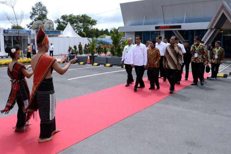 Presiden Joko Widodo saat meresmikan Bandara Internasional Silangit, Sumateta Utara, Jumat (24/11/2017).