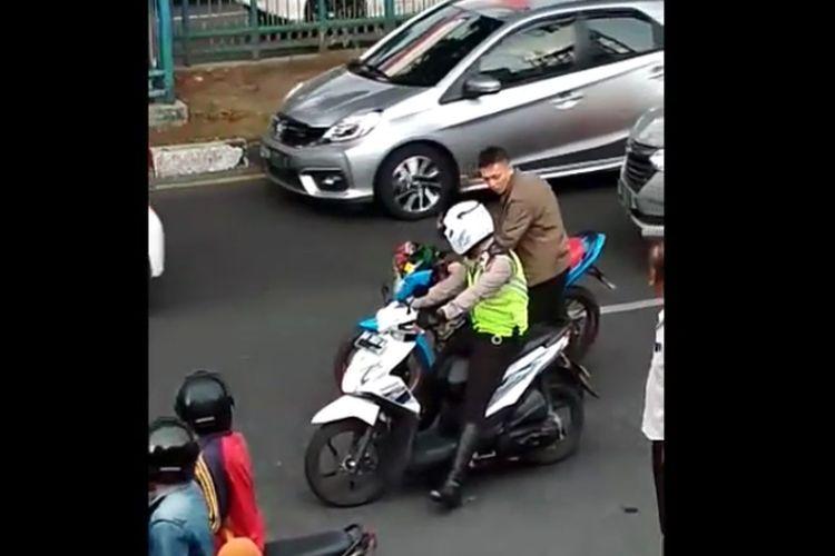 Sebuah video beredar yang menunjukkan anggota TNI memukul polisi di tengah jalan. Anggota TNI terlihat tak memakai helm dan mengendarai motor tanpa spion.