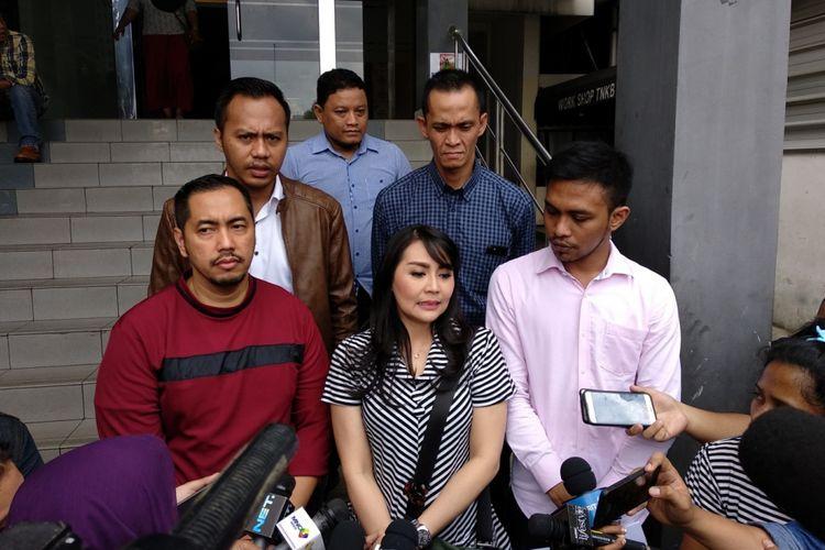 Tessa Kaunang didampingi pengacara Sunan Kalijaga melaporkan Sandy Tumiwa atas digaan pencemaran nama baik, Sabtu (3/2/2018).