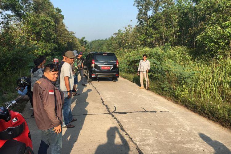 Lokasi perampokan yang menimpa Maman Wahari salah satu wartawan lokal menjadi korban begal di Kabupaten PALI, Sumatera Selatan, Rabu (10/10/2018). Moto, dompet hingga handphone korban raib dibawa kabur oleh pelaku.