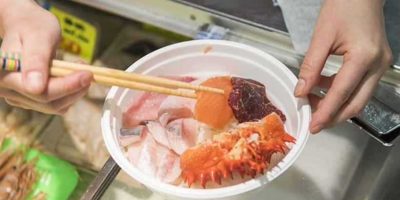 Memilih sashimi untuk kaisen-don. Kaisen-don adalah nasi dengan tambahan sashimi segar sebagai topping. Kaisen-don dijual di Pasar Washo yang terletak di Kota Kushiro, Hokkaido bagian timur, Jepang.