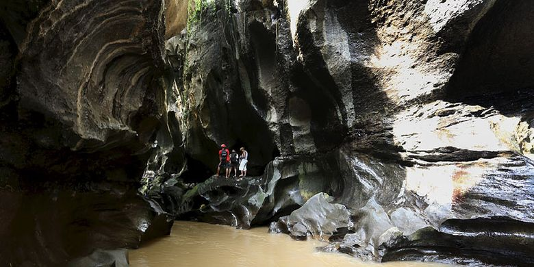 Wisatawan asing banyak berdatangan berwisata ke Hidden Canyon Beji Guwang, Gianyar, Bali.