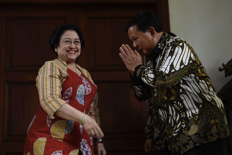 Ketua Umum Partai Gerindra Prabowo Subianto (kanan) berpamitan kepada Ketua Umum PDI Perjuangan Megawati Soekarnoputri (tengah) usai menggelar pertemuan tertutup di Jakarta, Rabu (24/7/2019). Pertemuan kedua tokoh nasional bersama sejumlah elit Partai Gerindra dan PDI Perjuangan tersebut dalam rangka silaturahmi pasca Pemilu Presiden 2019.