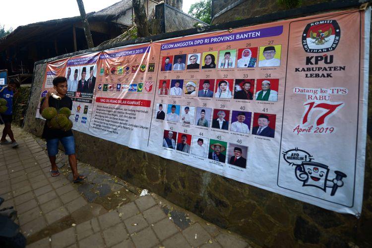 Spanduk sosialisasi Pemilu 2019 terpasang di pintu masuk kawasan Komunitas Adat Baduy di Ciboleger, Kabupaten Lebak, Banten, Minggu (6/1/2019). Komisi Pemilihan Umum, baik di tingkat pusat maupun daerah, terus menyosialisasikan pelaksanaan pemilu yang akan berlangsung serentak antara pemilu legislatif dan pemilu presiden pada 17 April 2019.  *** Local Caption *** Spanduk sosialisasi pemilu terpasang di pintu masuk kawasan Komunitas Adat Baduy di Ciboleger, Kabupaten Lebak, Banten, Minggu (6/1/2019). Komisi Pemilihan Umum baik di tingkat pusat maupun daerah terus menyosialisasikan pelaksanaan pemilu yang akan berlangsung serentak pemillu legislatif dan pemilu presiden pada 17 April 2019.