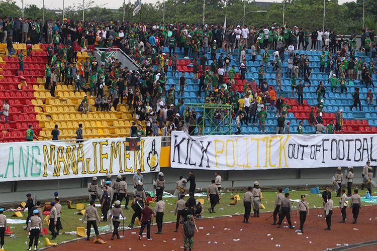 Suporter Sriwijaya FC ricuh dan merusak bangku stadion glora Jakabaring Palembang, saat melawan Arema FC, Sabtu (21/7/2018)