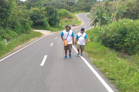 Cedera Tak Halangi Togu dan Biston Berjalan Kaki untuk Rumah Belajar Anak di Danau Toba