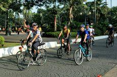 Gaya Sandiaga Bersepeda ke Balai Kota Bersama Pejabat DKI