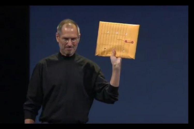 Pendiri Apple Steve Jobs memamerkan amplop kertas yang berisi MacBook Air pada 15 Januari 2007 di gelaran tahunan MacWorld.