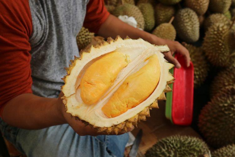 Meskipun kecil, durian hasilsilangan durian lay Kalimantan, dengan durian Rancamaya, Bogor menghasilkan rasa yang manis danwarna yang indah.