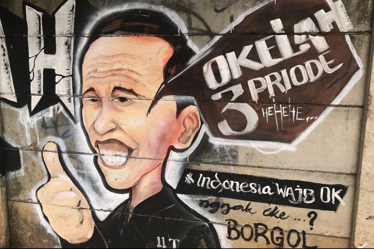 Mural sosok Jokowi di sebuah tembok di Jalan Kebagusan Raya, Kebagusan, Pasar Minggu, Jakarta Selatan pada Selasa (31/8/2021) siang. Mural tersebut menyindir wacana Jokowi untuk maju menjadi presiden tiga periode.