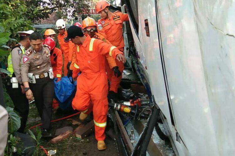 Petugas SAR gabungan tengah mengevakuasi korban meninggal akibat kecelakaan bis yang terguling masuk ke tebing setinggi lima meter.