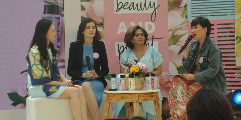 Global Fragrance Director Givaudan Gina Park, Beauty & Personal Care Director PT Unilever Indonesia Tbk Ira Novianti dan Aktris Kimberly Ryder dalam peluncuran Love Beauty and Planet di kawasan SCBD, Jakarta Selatan, Rabu (17/7/2019).