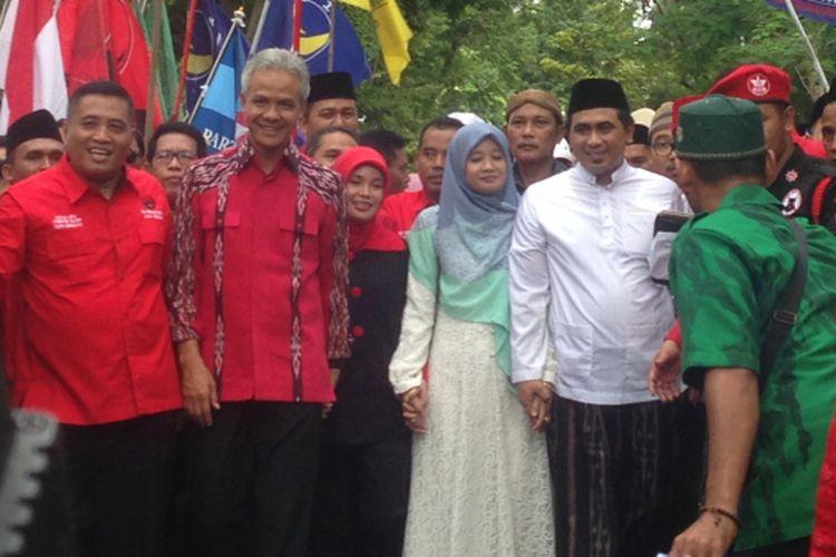 Ganjar Pranowo bersama Taj Yasin berjalan kaki menuju kantor KPU Jateng di Jalan Veteran Semarang, Selasa (9/1/2018).