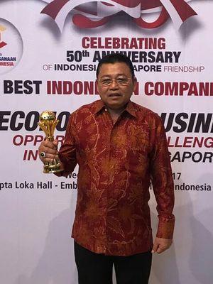 Gubernur Kalimantan Barat Cornelis saat menerima penghargaan sebagai pembina perbankan terbaik pada Anugerah Perbankan Indonesia VI Tahun 2017 di Hall Kedutaan Besar Republik Indonesia (KBRI) di Singapura (23/8/2017).