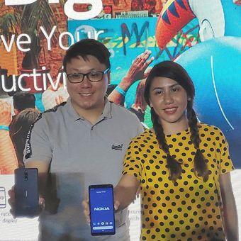 Wayne Tang, Head of Product Marketing HMD Global, Kiri-kanan: Miranda Warokka, Head of Marketing Indonesia for HMD Global, saat memamerkan Nokia 3.1 Plus di sebuah acara di Jakarta, Selasa (19/3/2019) malam.