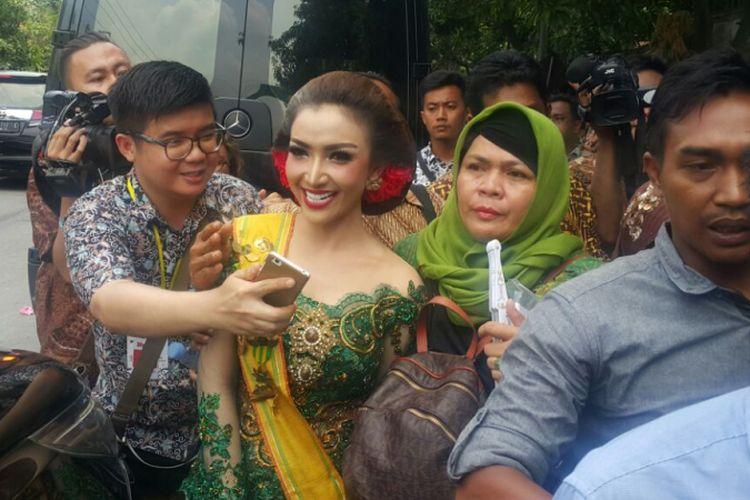 Artis Roro Fitria menghadiri pernikahan Kahiyang Ayu dengan Muhammad Bobby Afif Nasution di Gedung Graha Saba Buana, Solo, Jawa Tengah, Rabu (8/11/2017).