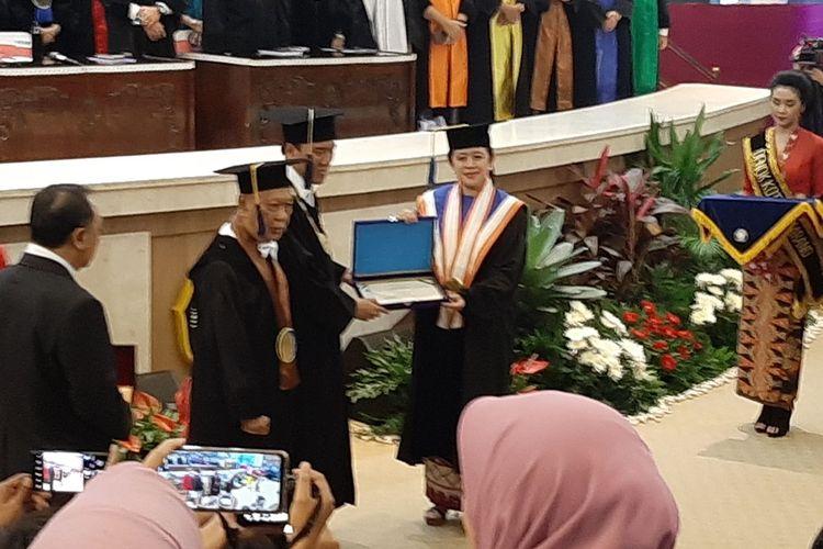 Ketua DPR RI Puan Maharani saat menerima gelar Doktor Honoris Causa yang diserahkan Rektor Undip Prof Yos Johan Utama, di Gedung Prof Soedarto Undip, di Semarang, Jawa Tengah, Jumat (14/2/2020).