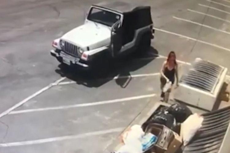 Tangkapan layar rekaman CCTV perempuan yang membuang kantong plastik berisi anak anjing di Coachella, California.