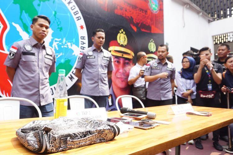 Polisi menunjukkan barang bukti kasus narkoba yang menjerat Tri Retno Prayudati atau Nunung di Polda Metro Jaya, Senin (22/7/2019).