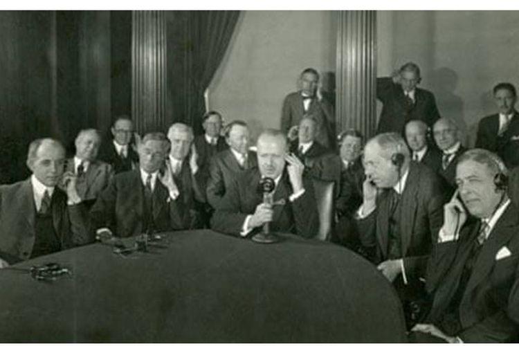 Walter S. Gifford, tengah, menempatkan panggilan telepon trans-Atlantik komersial pertama dari New York ke London