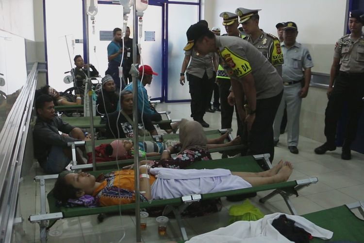 Kapolda Jawa Barat Irjen Pol Rudi Sufahriadi saat menengok korban luka akibat kecelakaan maut di tol Cipali, di Rumah Sakit Mitra Plumbon, Cirebon, Senin (17/6/2019).