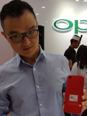 Henri, salah satu yang pertama menggenggam Oppo F5 6GB Red di Indonesia.