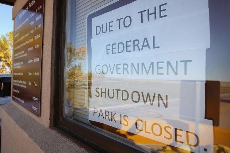 Pengumuman penutupan layanan di Taman Nasional Yosemite, Washington, Amerika, menyusul shutdown layanan pemerintah Amerika karena berlarutnya pembahasan anggaran di parlemen. Gambar diambil Selasa (1/10/2013).