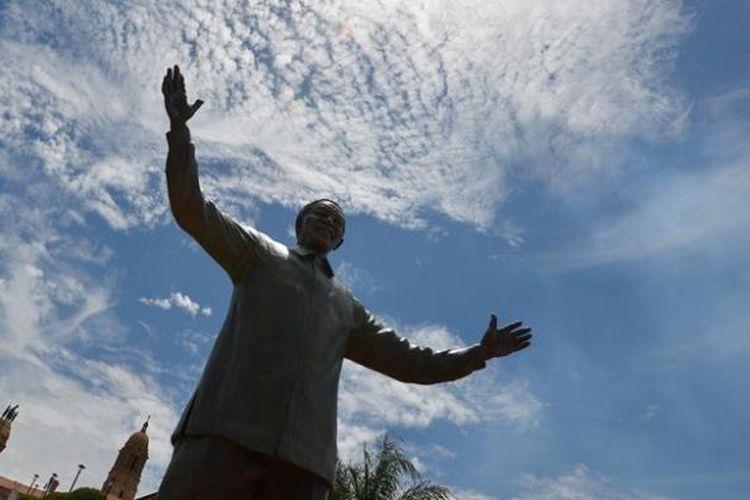 Patung Nelson Mandela terbesar di dunia diresmikan di ibu kota Afrika Selatan, Pretoria, Senin (16/12/2013).