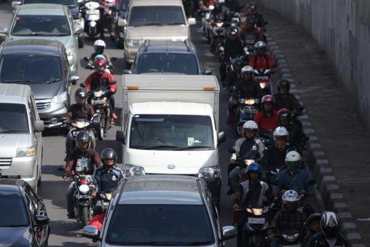 Pengendara sepeda motor memadati Jalan KH Mas Mansyur, Tanah Abang, Jakarta Pusat, Rabu (17/12/2014). Di hari pertama uji coba pembatasan sepeda motor sepanjang Jalan Thamrin-Medan Merdeka Barat, masih terdapat sejumlah pengendara yang belum mengetahui aturan tersebut. KOMPAS/LUCKY PRANSISKA
