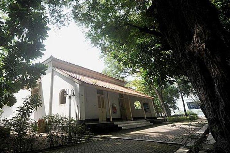 Bekas rumah dinas dokter Belanda yang dijadikan museum di Pulau Onrust, Kepulauan Seribu, Minggu (12/4/2015).