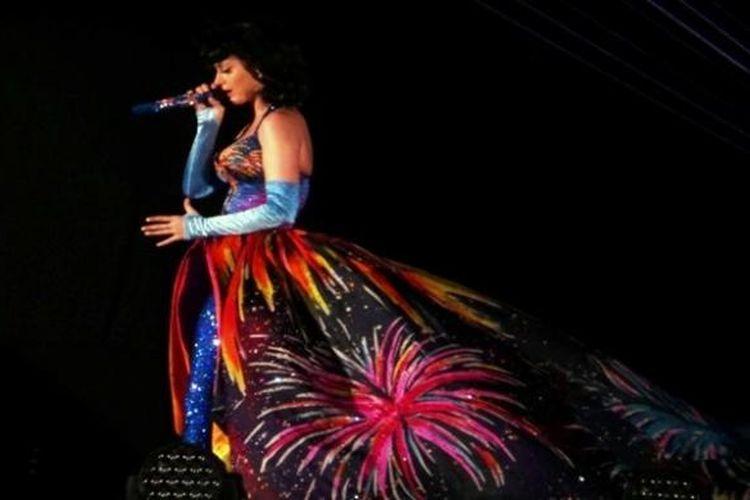 Ketika menyanyikan lagu-lagu Teenage Dream dan California Girls, Katy Perry mengajak para penonton bernyanyi bersama dalam konser California Dreams Tour di Sentul Interational Convention Center, Bogor, Jawa Barat, pada 19 Januari 2012.