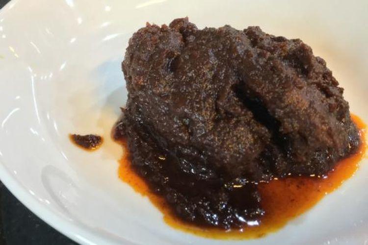 Tak seperti rendang di restoran Padang pada umumnya yang berwarna merah. Di RM Pagi Sore, rendangnya berwarna coklat tua.