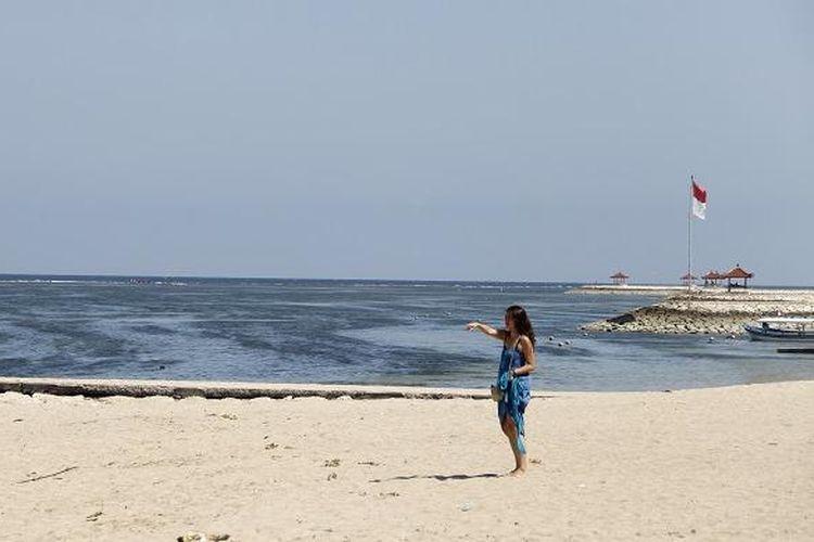 Seorang wisatawan tengah berada di Pantai Sindhu, Sanur, Denpasar, Bali (Sabtu/15/2016). Pantai Sindhu masih berada di garis Pantai Sanur.