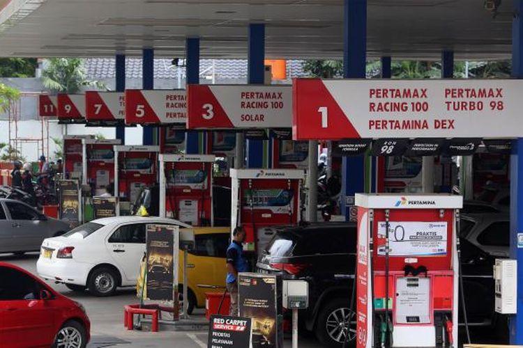Sejumlah pengendara mengisi bahan bakar di SPBU Kuningan, Jakarta Selatan, Senin (9/1/2017). PT Pertamina (Persero) langsung menaikkan harga bahan bakar minyak (BBM) mulai 5 Januari 2017. Revisi harga berlaku untuk jenis BBM non-subsidi dengan angka kenaikan sebesar Rp 300.