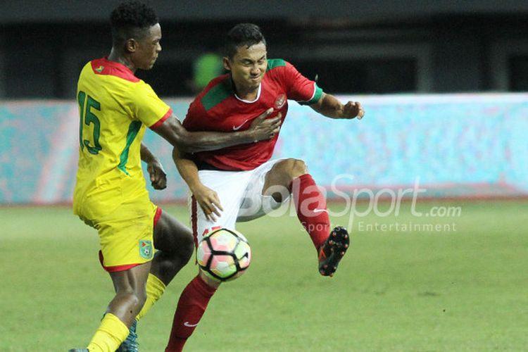 Aksi Ricky Fajrin saat menghadapi Timnas Guyana di Laga Pesahabatan, Sabtu (25/11/2017)