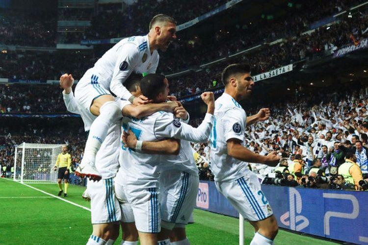 Para pemain Real Madrid merayakan gol yang dicetak Karim Benzema ke gawang Bayern Muenchen dalam laga leg kedua semifinal Liga Champions di Stadion Santiago Bernabeu, Madrid, Spanyol pada 1 Mei 2018.