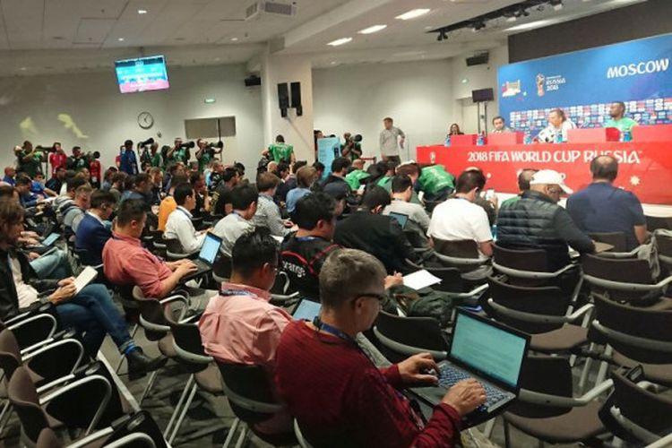 Suasana konferensi pers timnas Arab Saudi yang dihadiri pelatih Juan Antonio Pizzi di Stadion Luzhniki, Rabu (13/6/2018).