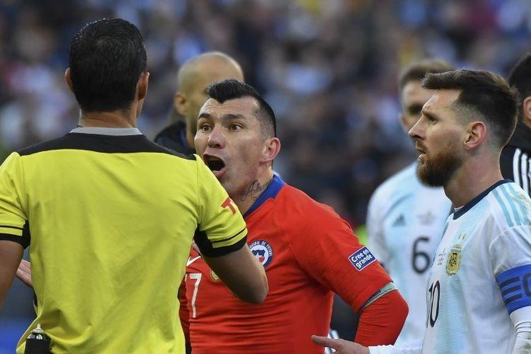 Friksi antara Lionel Messi dan Gary Medel yang berujung kartu merah mewarnai pertandingan perebutan posisi ketiga Copa America 2019 antara Argentina vs Cile di Arena Corinthians, 6 Juli 2019.