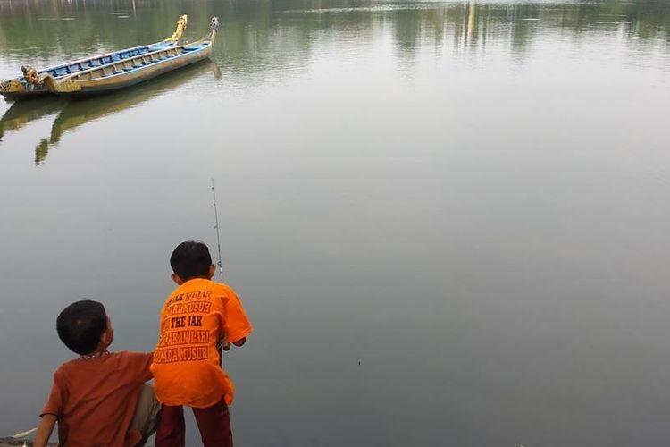 Bukan hanya kalangan dewasa, anak-anak juga memancing di Setu Babakan, Jumat (17/5/2019).