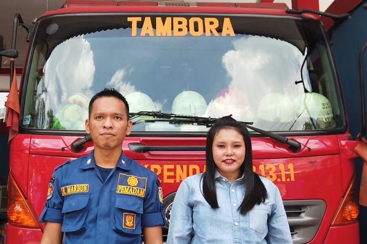Nuraini (kanan) dan Robert Marbun. Gambar diambil di Pos Pemadam Kebakaran Krendang Utara, Tambora, Jakarta Barat, pada Senin (16/11/2020).