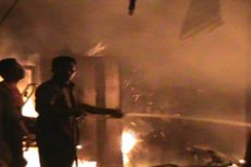 Lambat Tangani Kebakaran di Pemukiman Padat, Petugas Damkar Nyaris Diamuk Massa