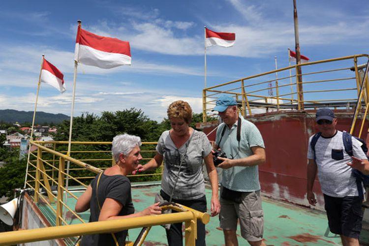 Wisatawan mancanegara mengunjungi obyek wisata PLTD Apung di Banda Aceh, Aceh, Rabu (26/9/2018). Kementerian Pariwisata menargetkan sebanyak 20 juta kunjungan wisatawan mancanegara (wisman) pada 2019 dan menetapkan 10 destinasi pariwisata baru untuk menggenjot investasi pada sektor kepariwisataan.