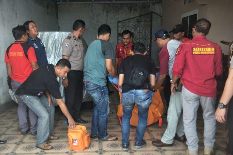 Polres Prabumulih ketika melakukan identifikasi dan mengevakuasi tiga korban yang diduga ditembak oleh Serka KC. Kasus ini diduga disebabkan masala tang-piutang.