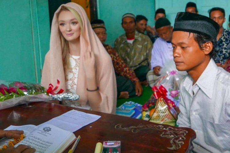 Nur Khamid dan Polly Alexandria Robinson saat melakukan prosesi pernikahan.
