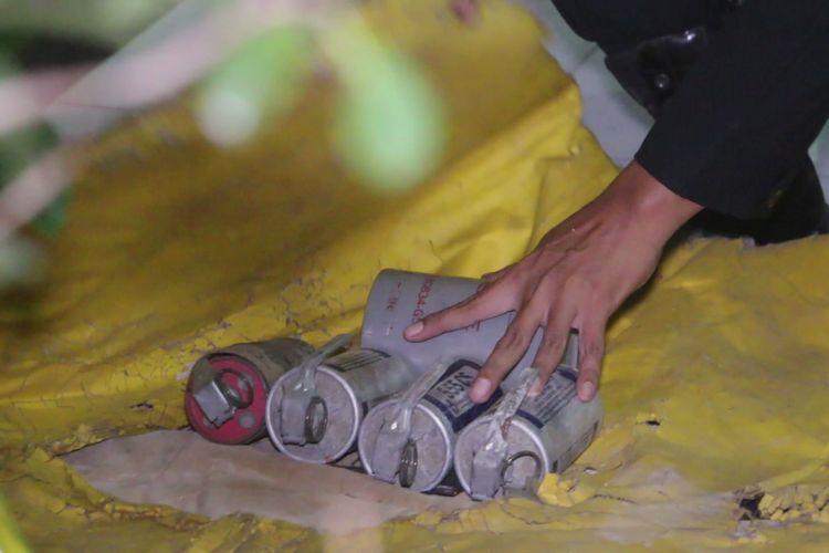 Petugas Unit Penjinak Bom Polda Jawa Barat membungkus lima buah barang mirip granat di sekitar area Polres Cirebon Kota, Sabtu malam (15/6/2019). Kelima barang membahayakan tersebut ditemukan oleh inisial Y, saat mencari sampah di Tempat Pembuangan Sampah Sementara Kali Sukalila Kecamatan Kejaksan Kota Cirebon.